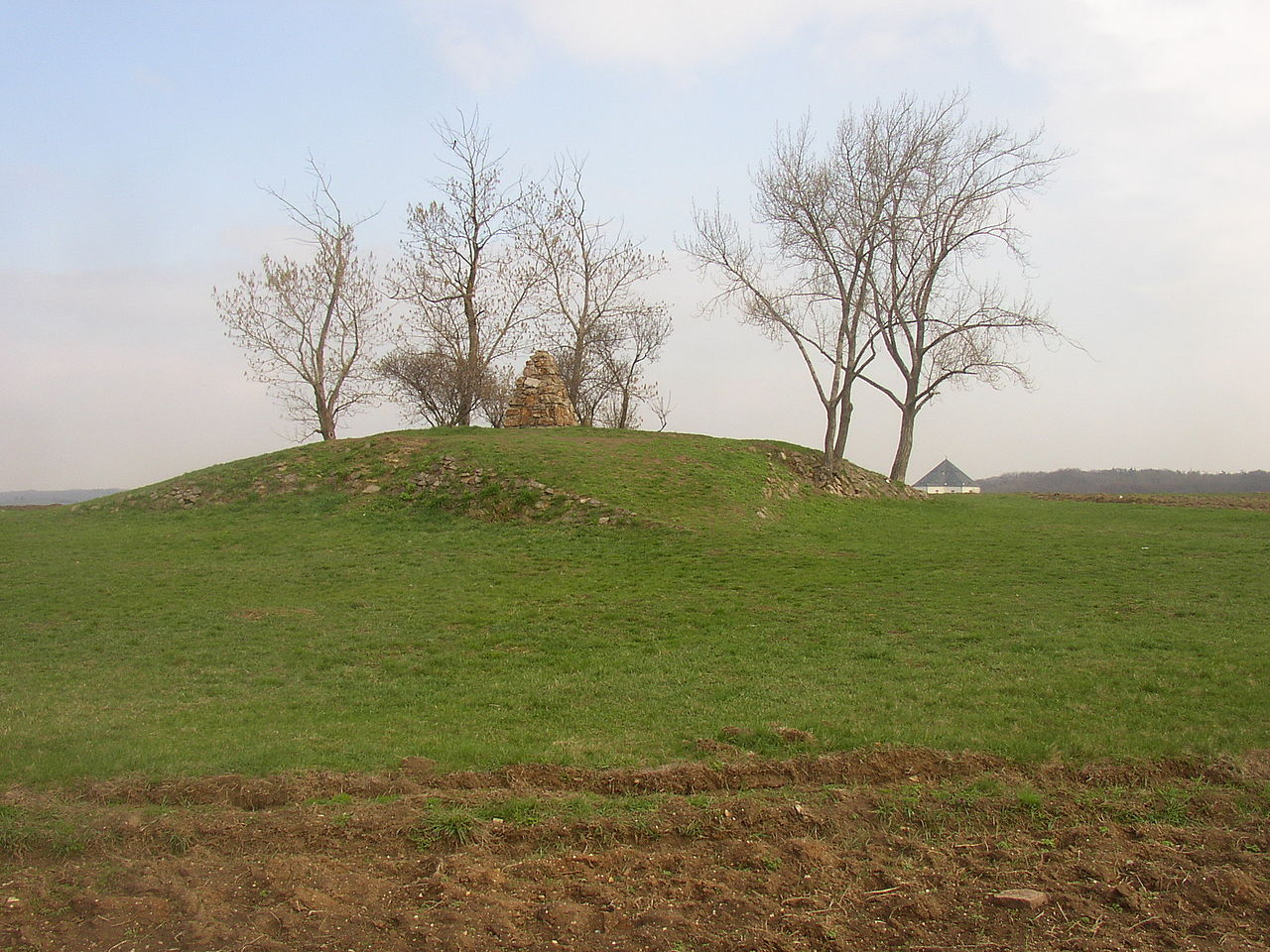 1280px-Wite_Mountain_-_the_tumulus.JPG