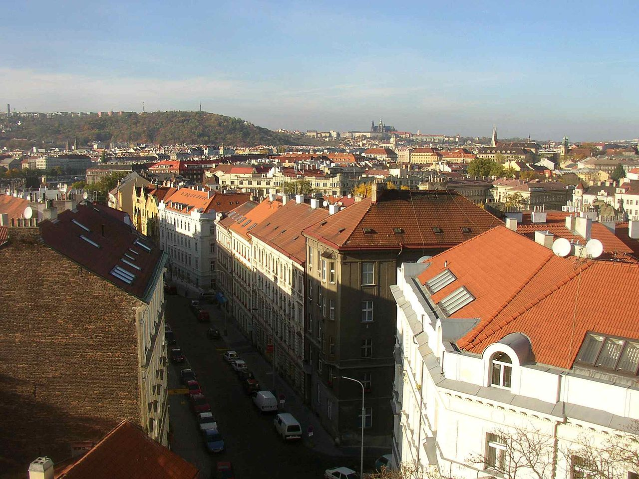 1280px-View_from_walls_of_Vysehrad_towards_Prague_Castle_745.jpg